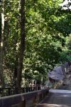 Un dels trams del passeig recorre paral·lelament pel camí de Vallforners. Al fons es veu el Roc Fiter.