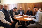 Els regidors d'esports David García i Juan Antonio Corchado signant el conveni.